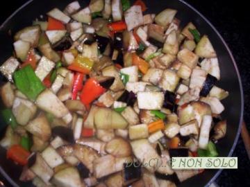 melanzane e peperoni durante la preparazione