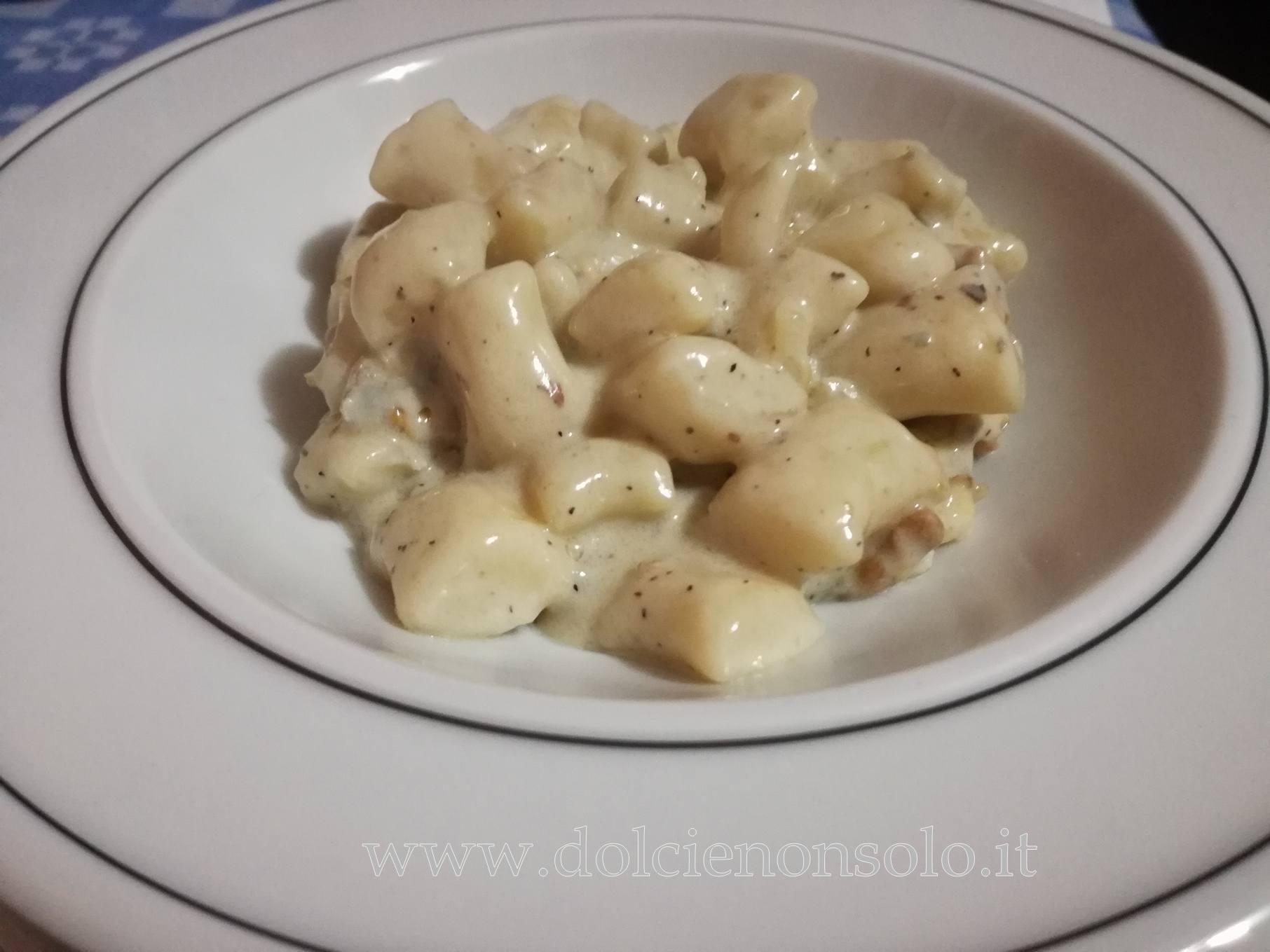 piatto di gnocchi al gorgonzola e noci