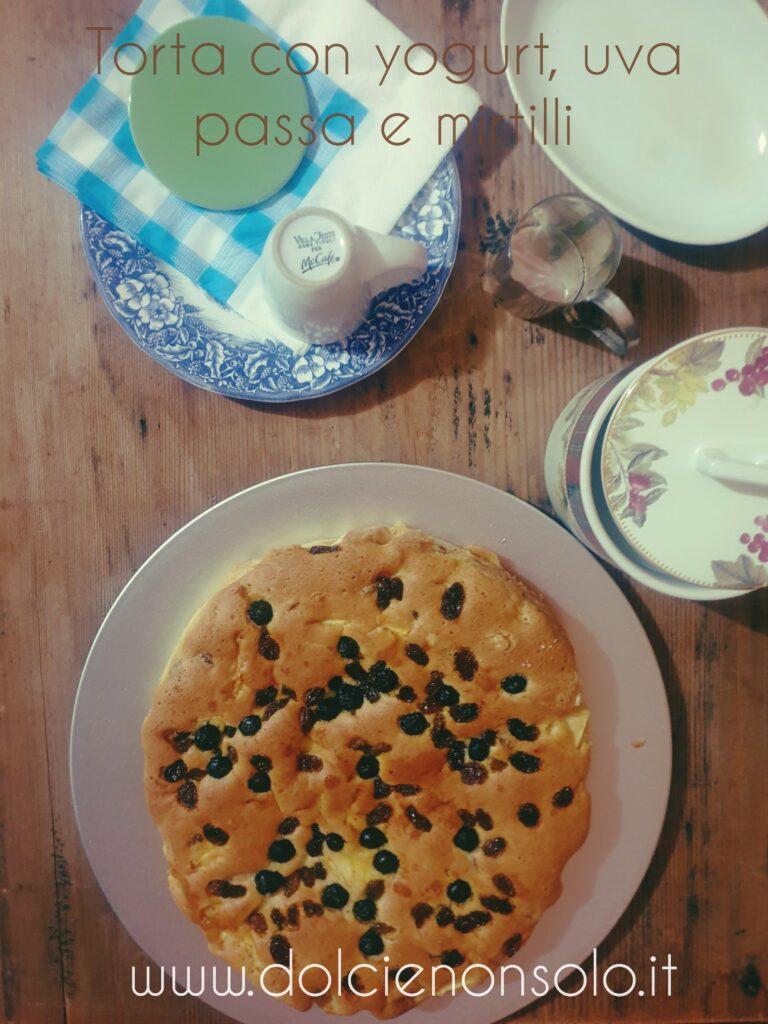 Torta morbidissima allo yogurt uvetta e mirtilli freschi